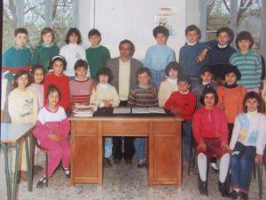 La mia classe con il maestro. Io sono la quarta da sinistra, in piedi, con il maglione a righe bianche e rosse