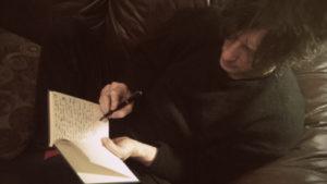 N. Gaiman scrive spesso a mano con penne stilografiche