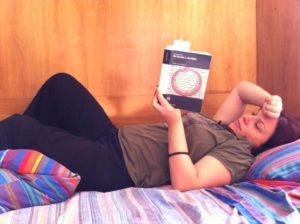 Quando la sciatica mi costringe a letto, soprattutto con la canicola estiva, mi consolo con letture leggere
